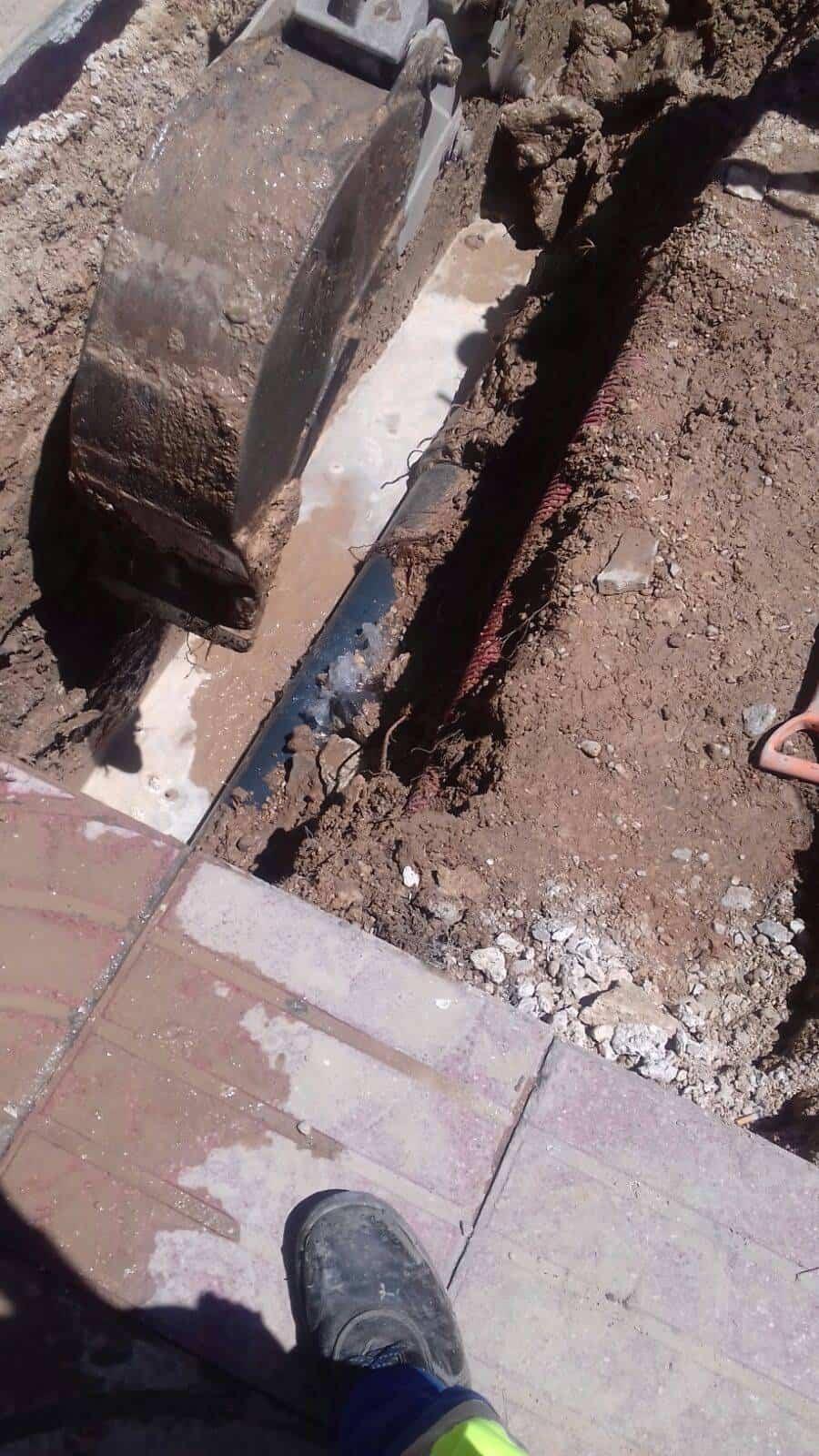 averia tuberia agua avda alcazar herencia 2 - Avería en tubería en Avenida de Alcázar de San Juan en Herencia