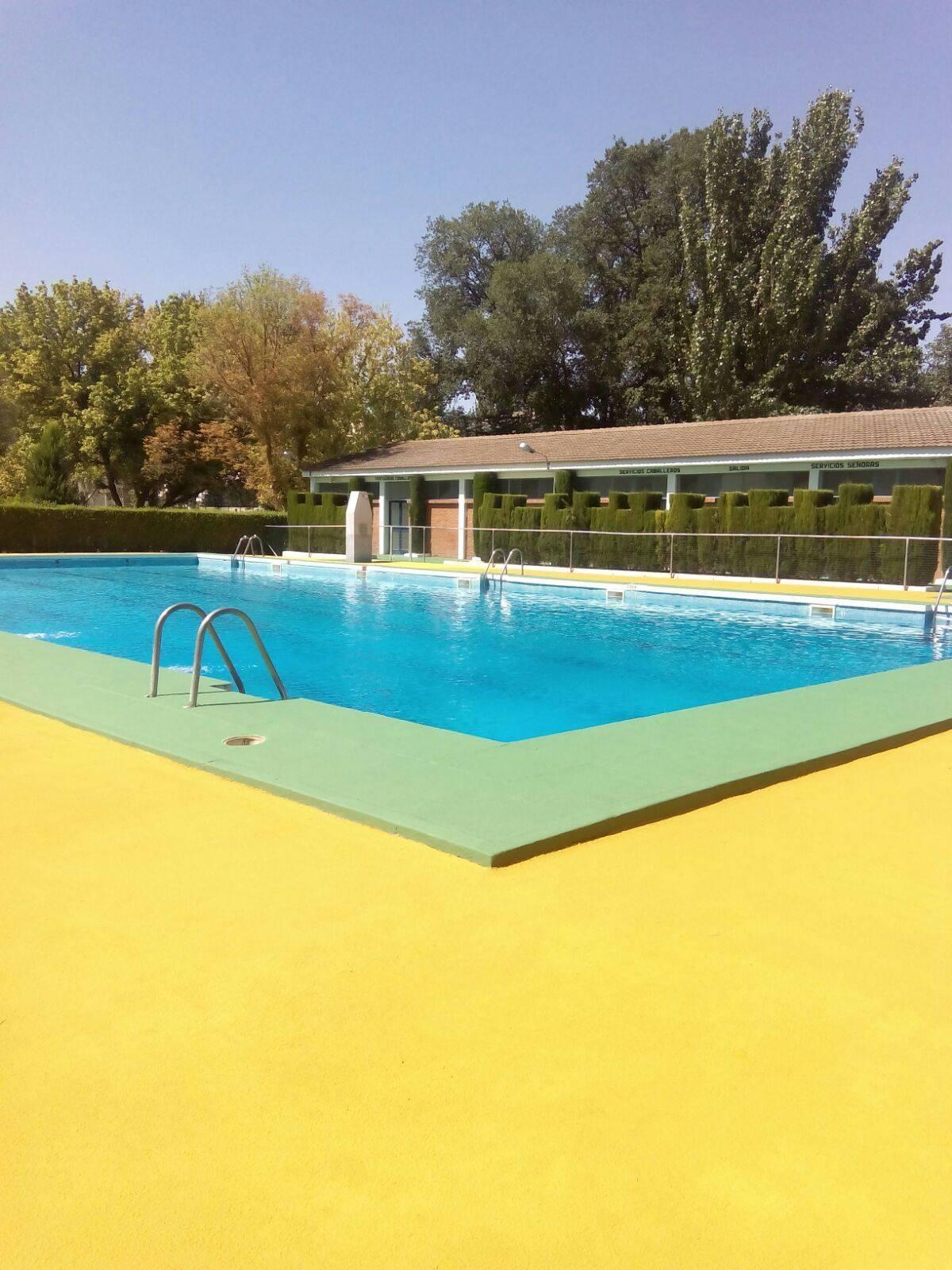 La piscina municipal cerrada por mantenimiento en pleno verano for Piscina municipal fuenlabrada 2017