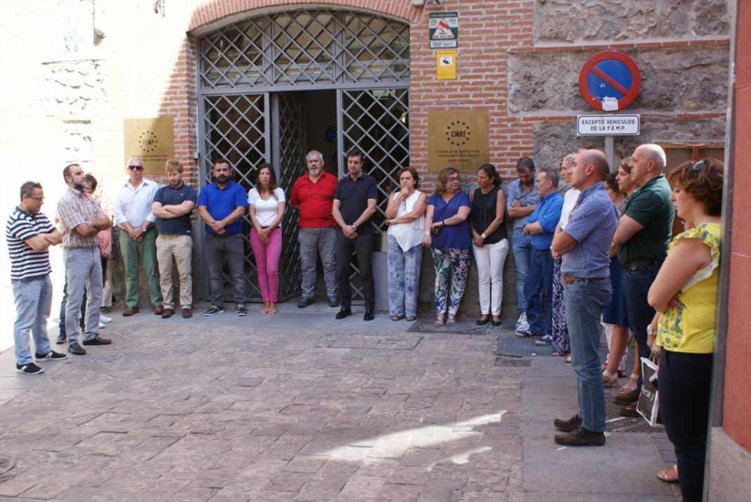 Minutos de silencio a las puertas de la FEMP 1068x714 - Luto y dolor por las víctimas de Barcelona y Cambrils