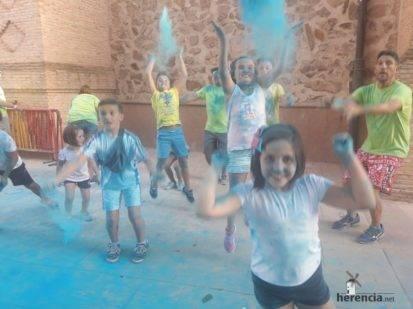 "colours run 2017 herencia fotos de Aitor gallego de la sacristana 5 413x309 - Cientos de personas participaron en la ""Colours Run"" solidaria de Herencia"