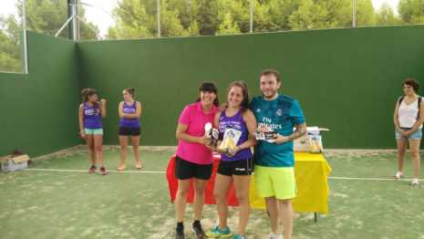 Fotografías de entrega de premios del II torneo de verano de pádel 10