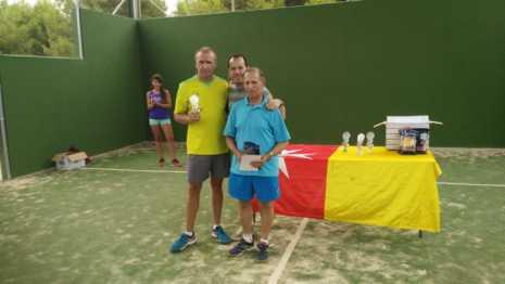Fotografías de entrega de premios del II torneo de verano de pádel 2