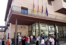 Silencio a las puertas del Ayuntamiento de Herencia.