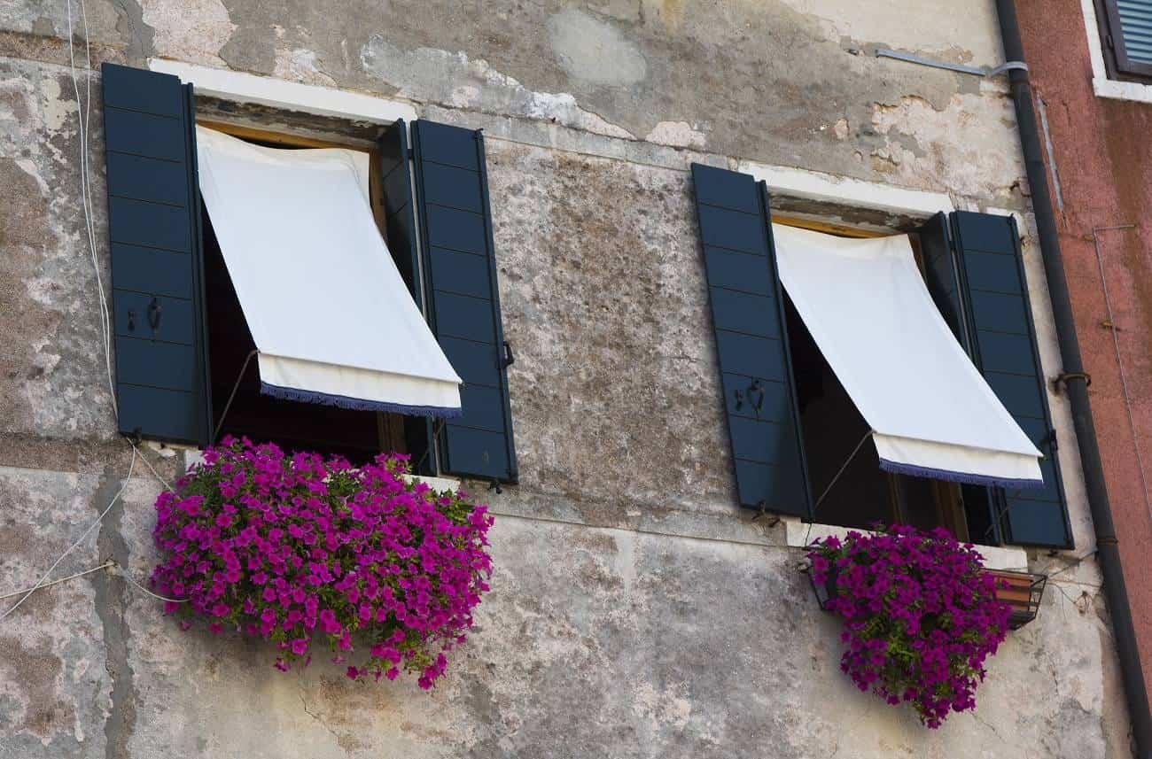toldos en ventanas para el verano - Ideas para sobrevivir sin aire acondicionado en verano