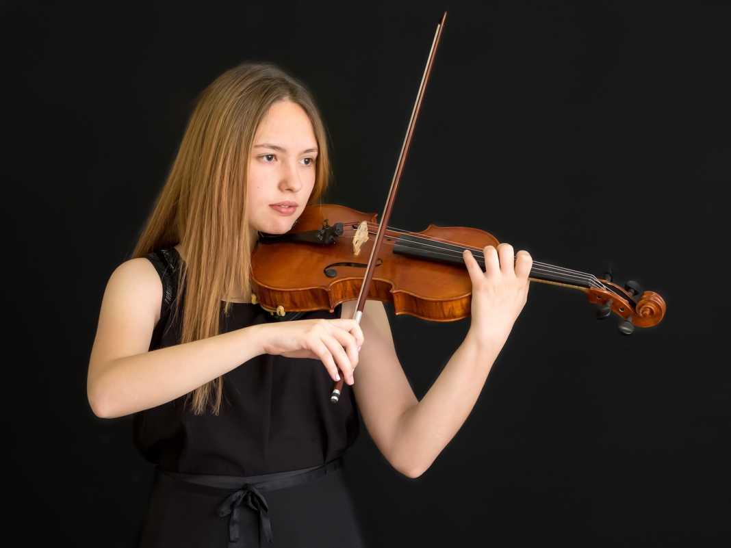 La joven violinista Blanca Mateo Raserón con la Moonlight Symphony 7