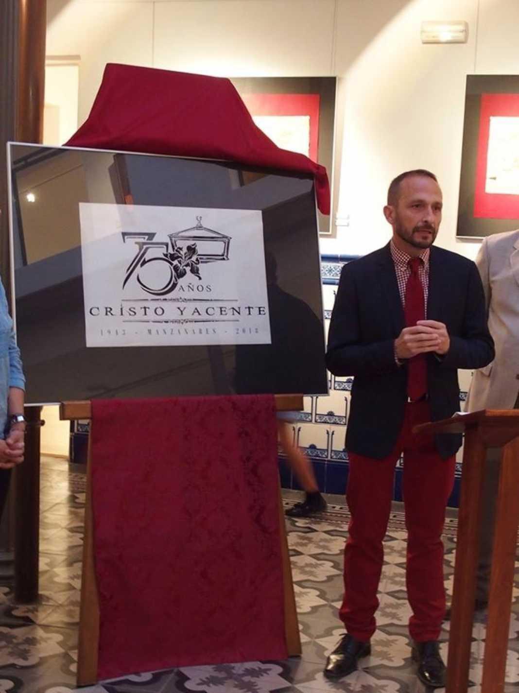 Rafael Garrigós realiza el logo conmemorativo del 75 aniversario del Cristo Yacente de Manzanares 9