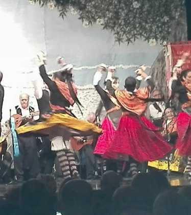 El Grupo Folclorico de Herencia en la XIX Muestra Internacional Raices y Horizonte 01 374x420 - El grupo folclórico de Herencia participa en varios festivales