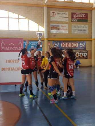 balonmano juvenil femenizo de pozuelo01 333x444 - Mercedes Ramírez y Elena Olivares campeonas provinciales de balonmano