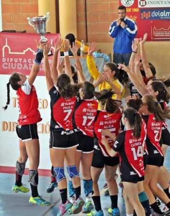 balonmano juvenil femenizo de pozuelo07 350x444 - Mercedes Ramírez y Elena Olivares campeonas provinciales de balonmano
