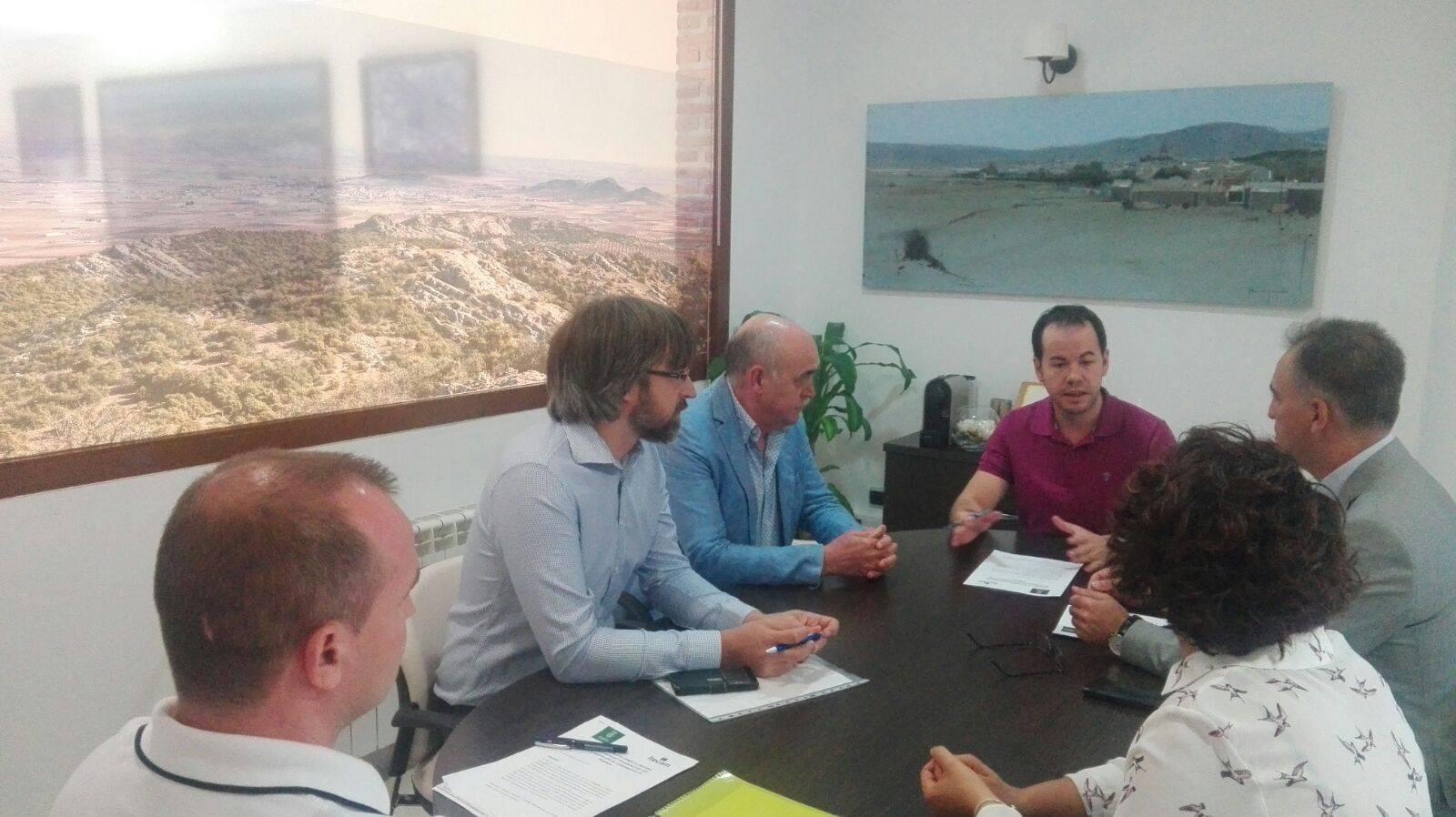 firma convenio itecam 1 - Convenio entre Itecam y Herencia para mejora en proyectos empresariales