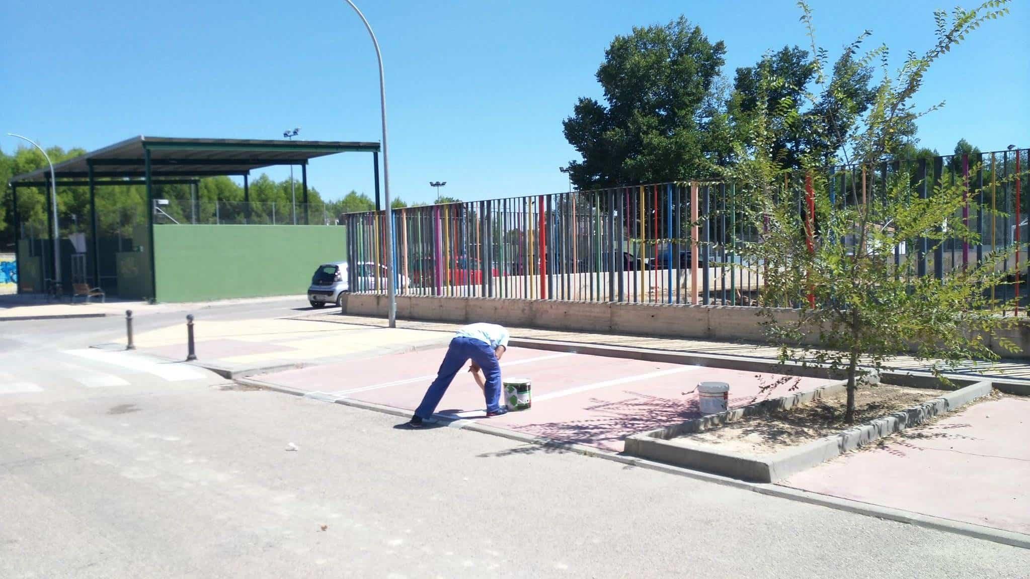 Pintando líneas de parking zona deportiva y colegio en Herencia