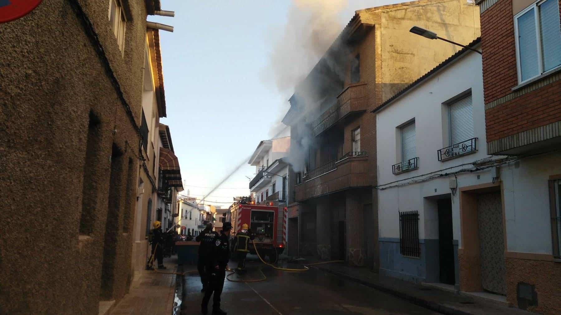 bomberos incendio calle tahona herencia 1 - Declarado un incendio en la Calle Tahona de Herencia