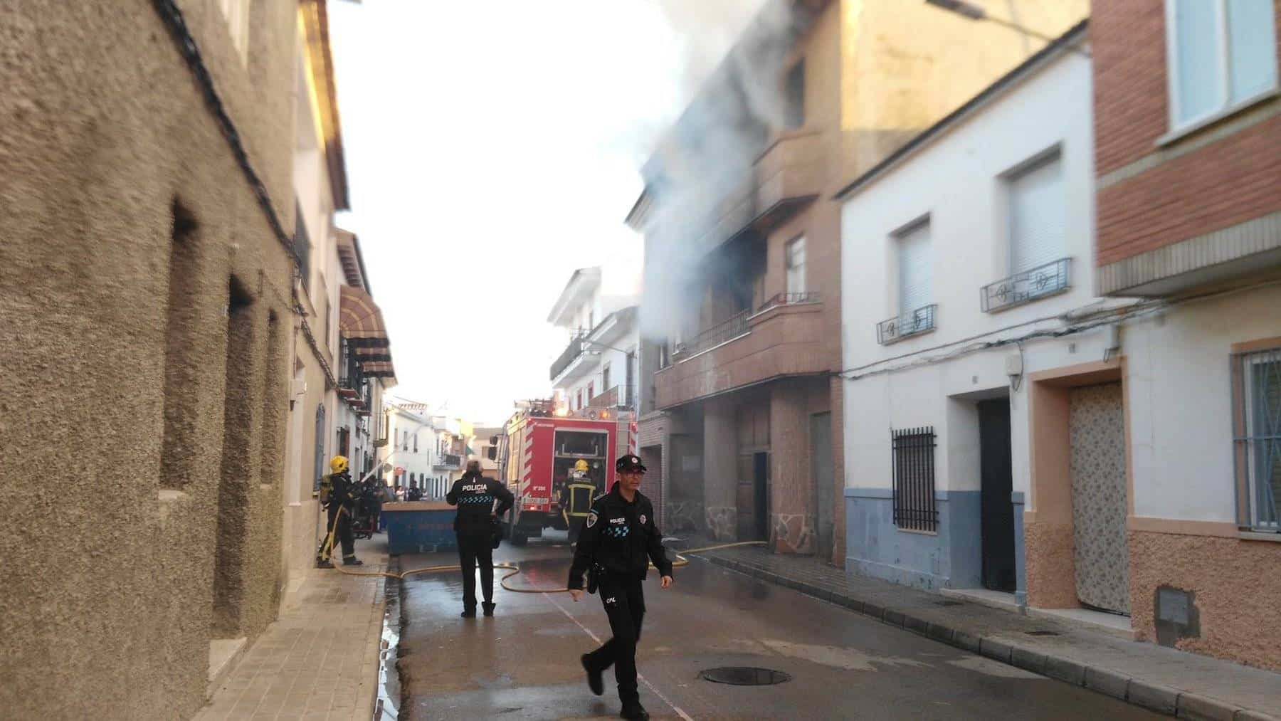 bomberos incendio calle tahona herencia 2 - Declarado un incendio en la Calle Tahona de Herencia