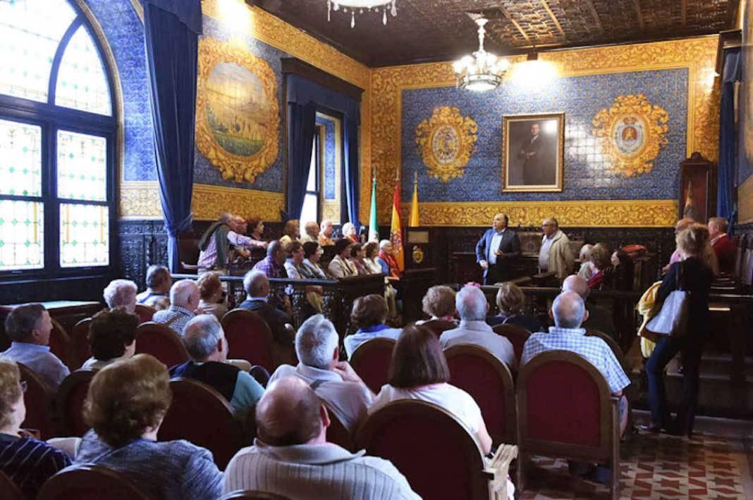 herencianos visitan algeciras 1068x710 - Vecinos de Herencia y Villafranca visitaron el Ayuntamiento de Algeciras