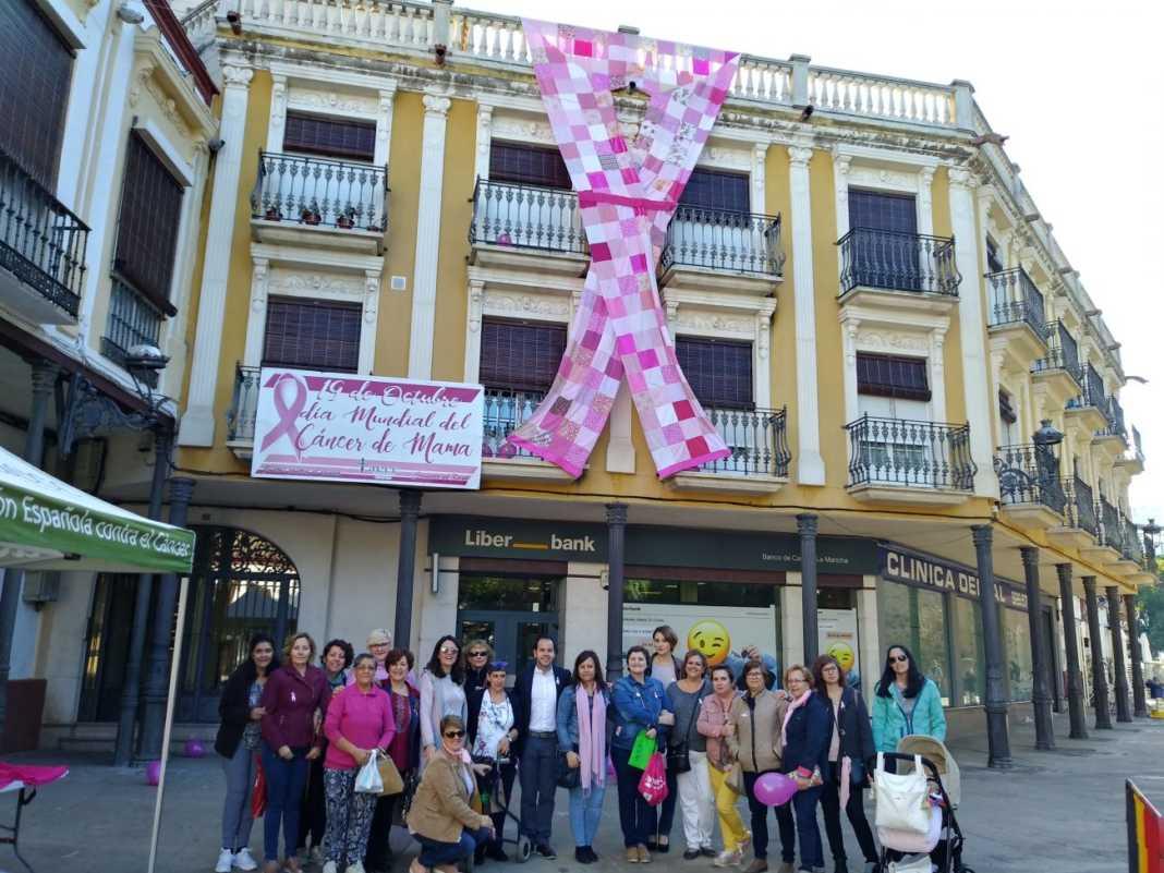lazo contra el cancer de mama en Herencia 1068x801 - Herencia conmemora el Día Mundial del Cáncer de Mama