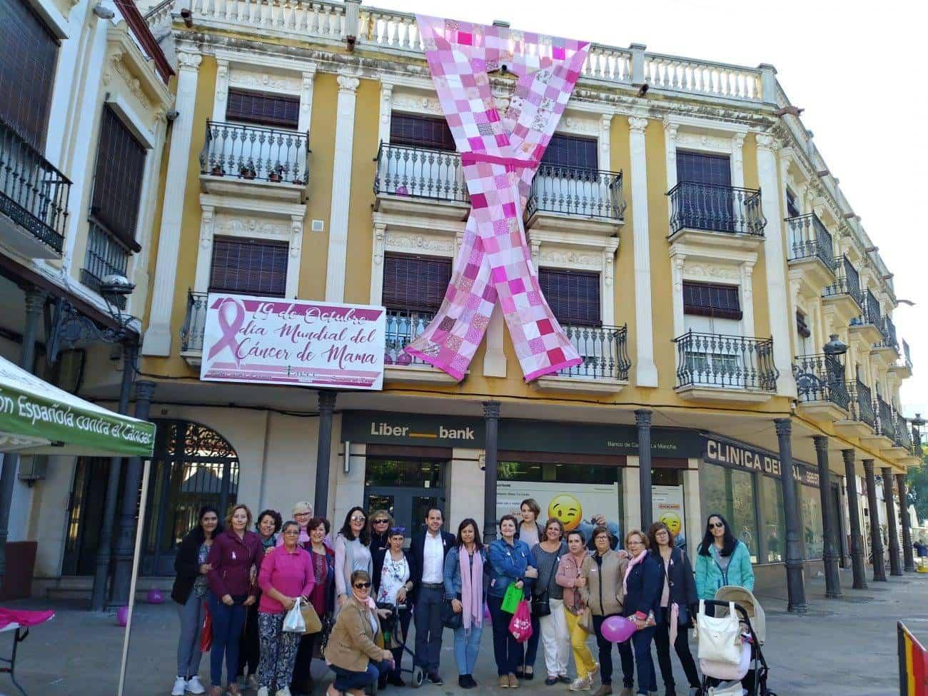 lazo contra el cancer de mama en Herencia - Herencia conmemora el Día Mundial del Cáncer de Mama