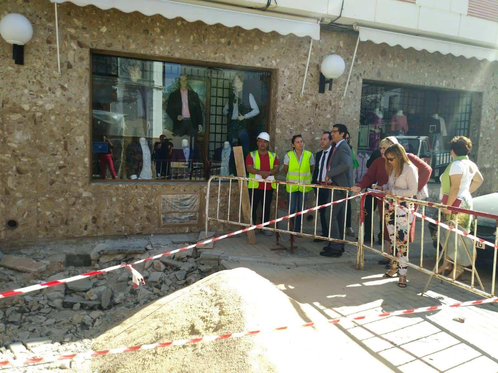 Autoridades visitan las obras de semipeatonalización calle Francisco Fernández Mazarambroz en Herencia