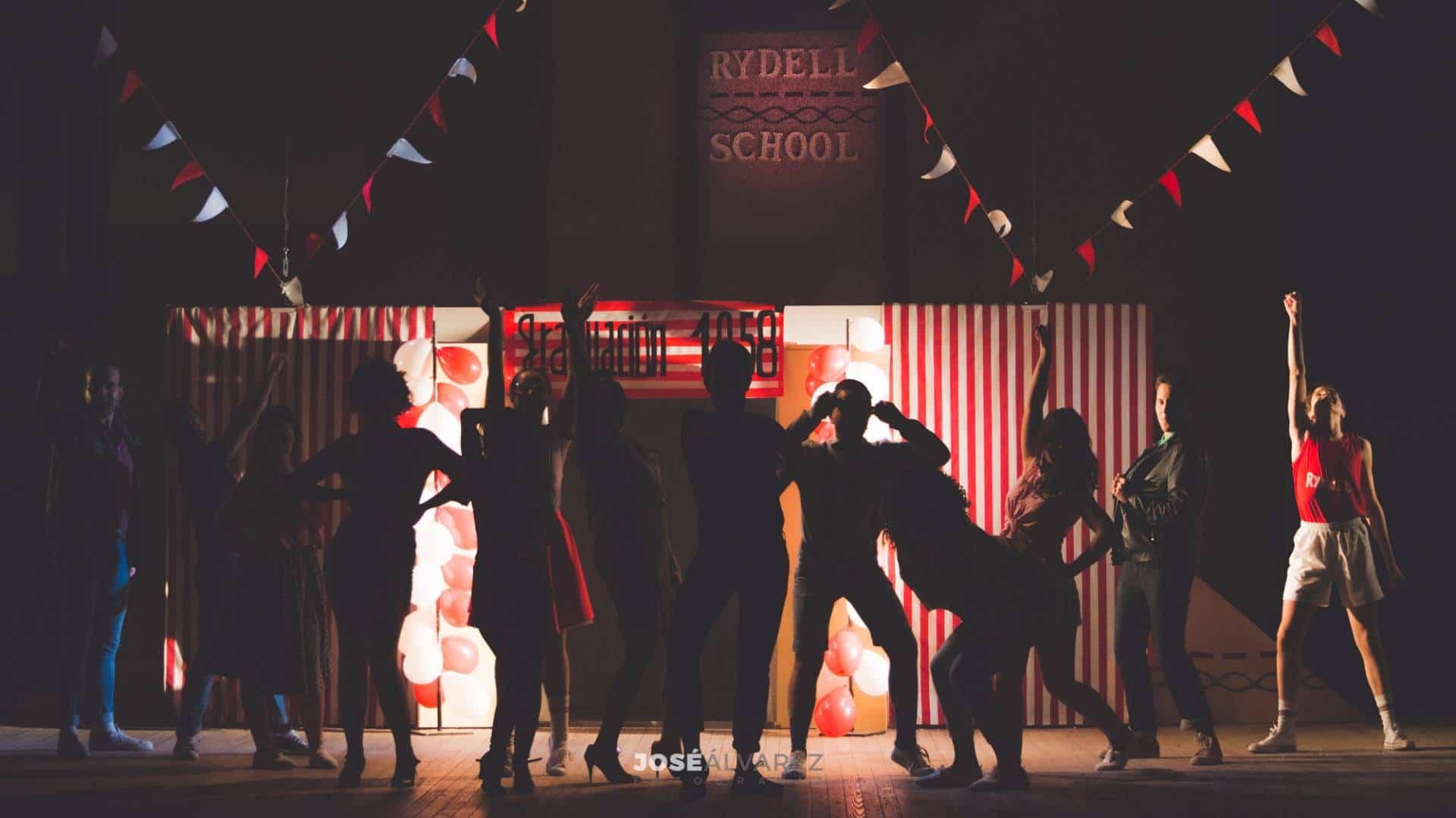 tributo a grease escenario - Tributo a Grease en el Auditorio de Herencia