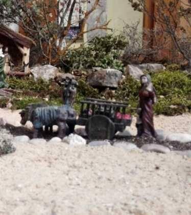 01 Belen Jose Aniceto y Gamilia Glez Roman en el Ayuntamiento00 374x420 - Galería de imágenes de la III Muestra de belenes de Herencia