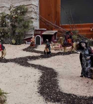 01 Belen Jose Aniceto y Gamilia Glez Roman en el Ayuntamiento05 374x420 - Galería de imágenes de la III Muestra de belenes de Herencia