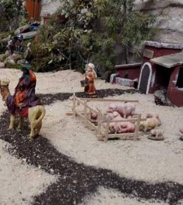01 Belen Jose Aniceto y Gamilia Glez Roman en el Ayuntamiento06 374x420 - Galería de imágenes de la III Muestra de belenes de Herencia