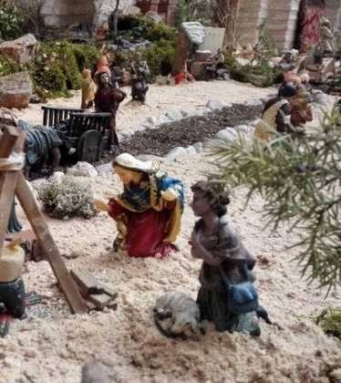 01 Belen Jose Aniceto y Gamilia Glez Roman en el Ayuntamiento08 374x420 - Galería de imágenes de la III Muestra de belenes de Herencia
