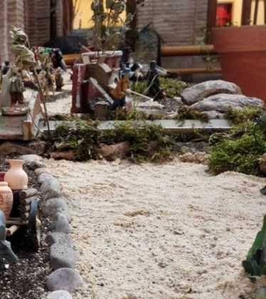 01 Belen Jose Aniceto y Gamilia Glez Roman en el Ayuntamiento09 374x420 - Galería de imágenes de la III Muestra de belenes de Herencia