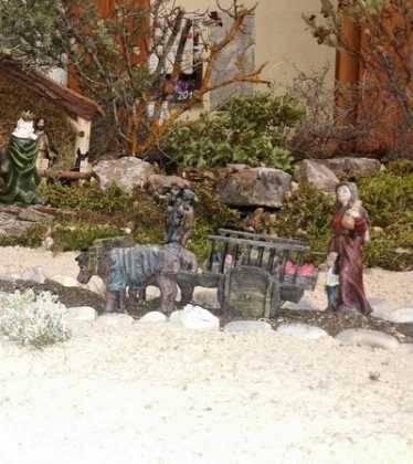 01 Belen Jose Aniceto y Gamilia Glez Roman en el Ayuntamiento10 374x420 - Galería de imágenes de la III Muestra de belenes de Herencia