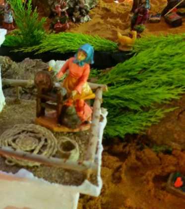 03 Juan Sanchez Aguilera en la ermita de San Bartolome04 373x420 - Galería de imágenes de la III Muestra de belenes de Herencia