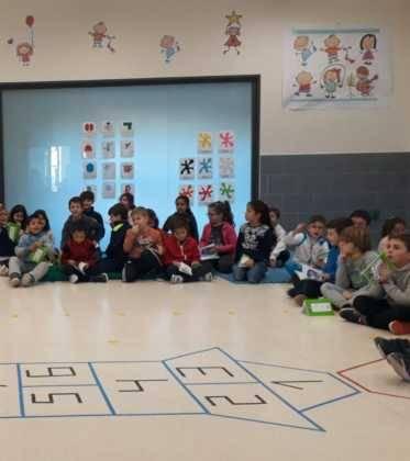 Emilio Calderon en el CEIP Carrasco Alclade 373x420 - Encuentro del escritor Emilio Calderón con jóvenes de los centros educativos de Herencia