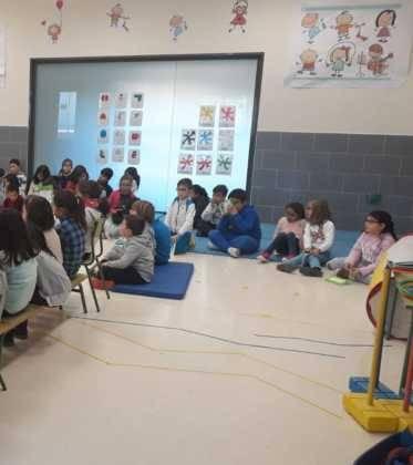 Emilio Calderon en el CEIP Carrasco Alclade1 373x420 - Encuentro del escritor Emilio Calderón con jóvenes de los centros educativos de Herencia