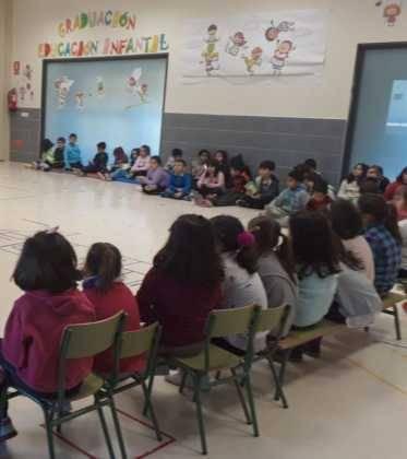 Emilio Calderon en el CEIP Carrasco Alclade2 373x420 - Encuentro del escritor Emilio Calderón con jóvenes de los centros educativos de Herencia