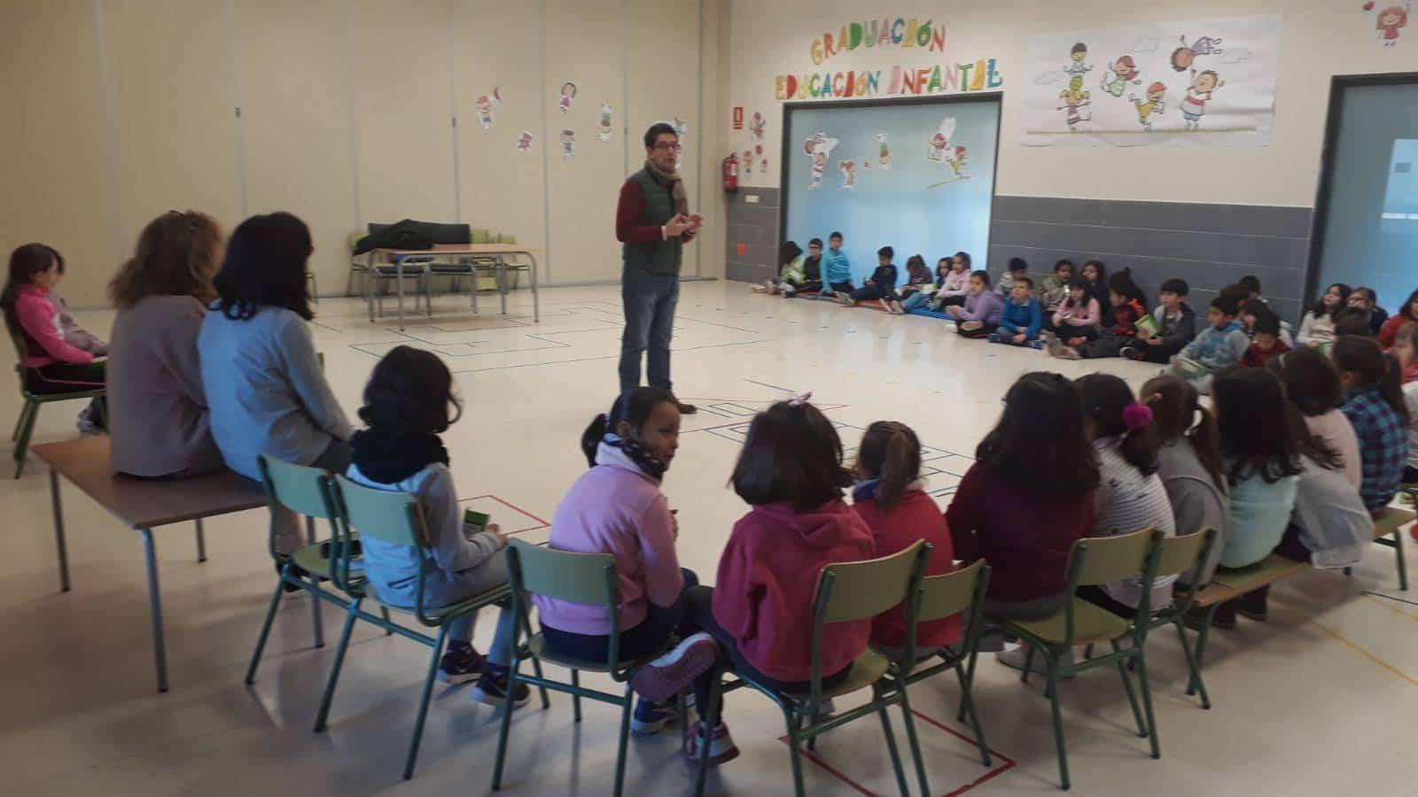 Emilio Calderon en el CEIP Carrasco Alclade2 - Encuentro del escritor Emilio Calderón con jóvenes de los centros educativos de Herencia