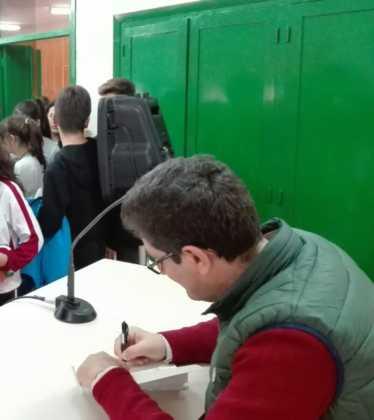 Emilio calderon en un encuentro con jóvenes de Herencia2 374x420 - Encuentro del escritor Emilio Calderón con jóvenes de los centros educativos de Herencia