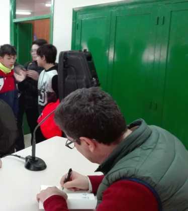 Emilio calderon en un encuentro con jóvenes de Herencia3 374x420 - Encuentro del escritor Emilio Calderón con jóvenes de los centros educativos de Herencia