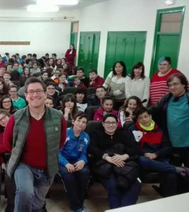 Emilio calderon en un encuentro con jóvenes de Herencia4 374x420 - Encuentro del escritor Emilio Calderón con jóvenes de los centros educativos de Herencia