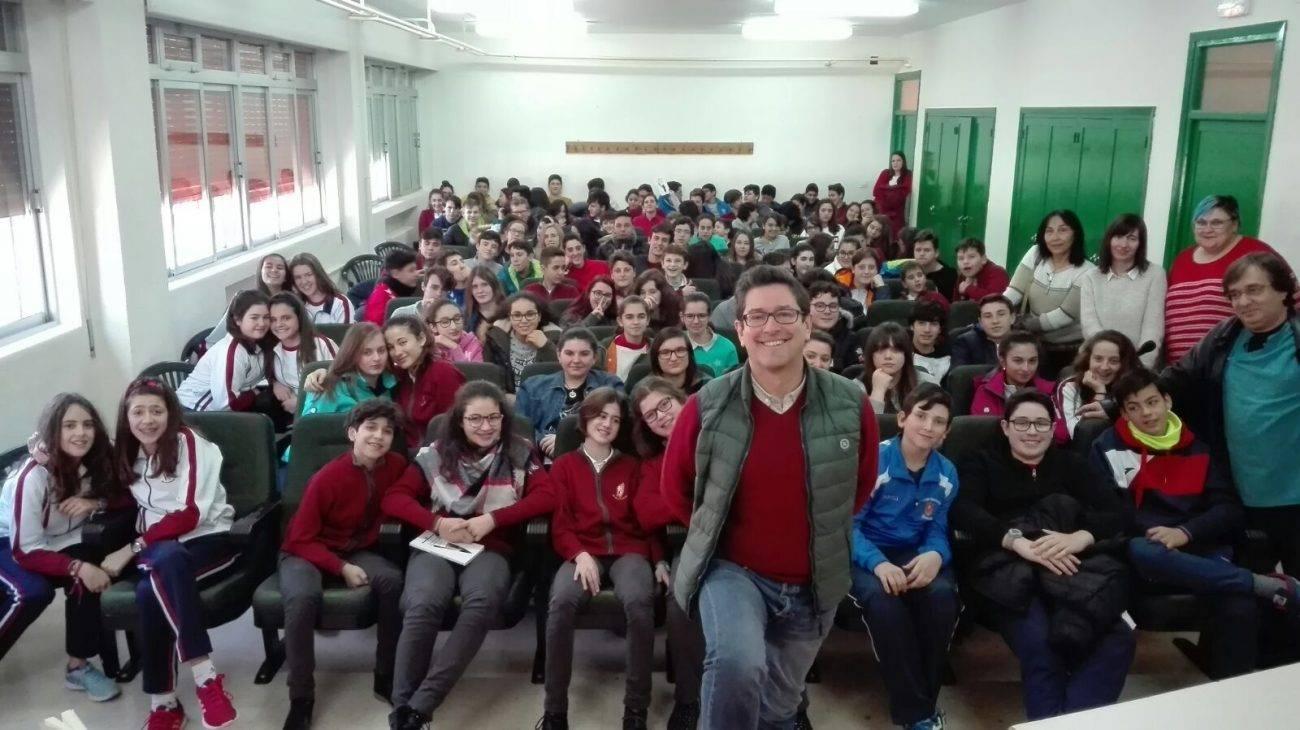 Emilio calderon en un encuentro con jóvenes de Herencia4 - Encuentro del escritor Emilio Calderón con jóvenes de los centros educativos de Herencia