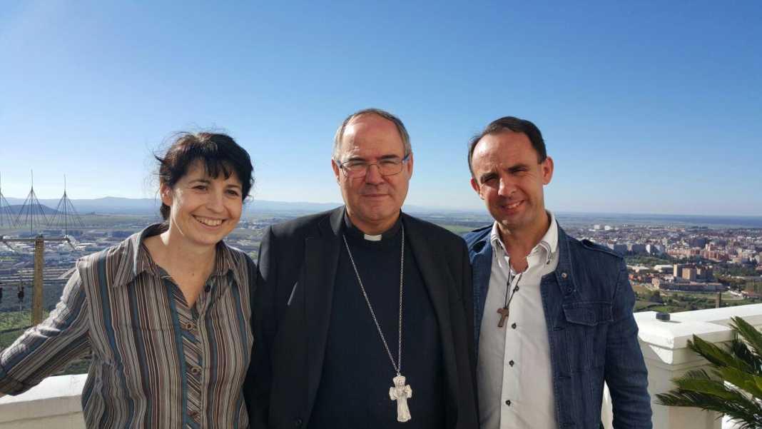 Miguel y Mariavi con el obispo de Coria Caceres 1068x601 - Miguel y Mariavi impartirán un taller sobre la familia en Cáceres
