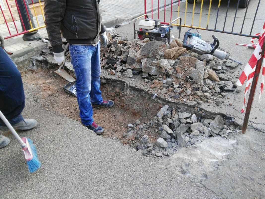 hundimiento calle jose hierro 1068x801 - Hundimiento de calzada en calle José Hierro