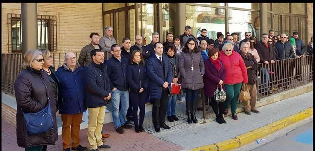 autoridades luto carnaval puerta ayuntamiento herencia 1068x512 - El Ayuntamiento se personará como acusación popular por los sucesos de Carnaval