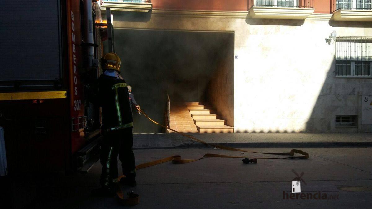 bomberos incencio coche garaje herencia 3 - Incendio vehículo en garaje en calle Andrés Segovia ¡Actualizado!