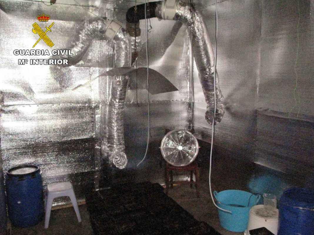 laboratorio indoor marihuana guardia civil 1068x801 - Desmanteladas en Herencia unas plantaciones indoor de cannabis