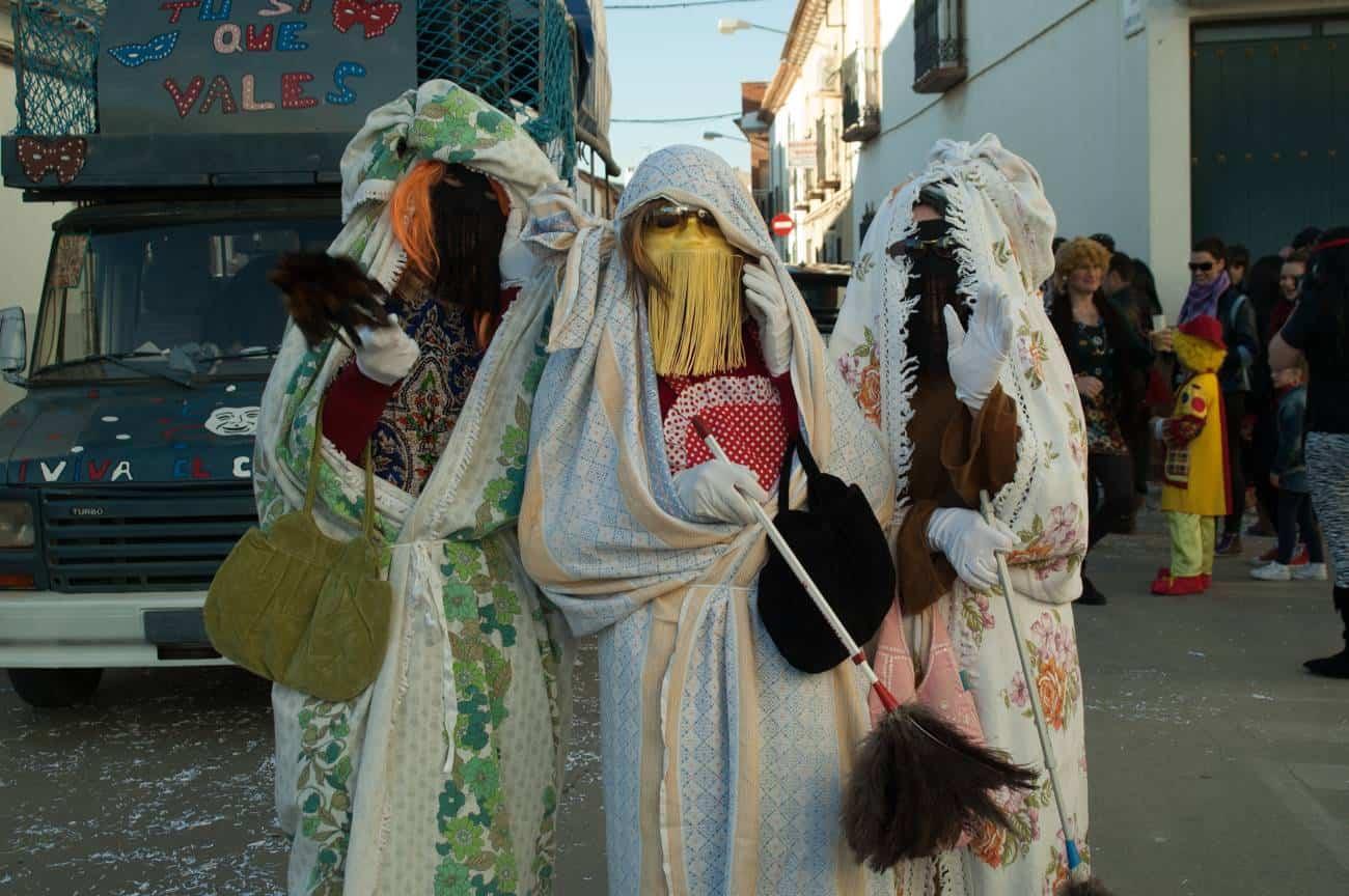 Máscaras en el pasacalles del Domingo de las Deseosas