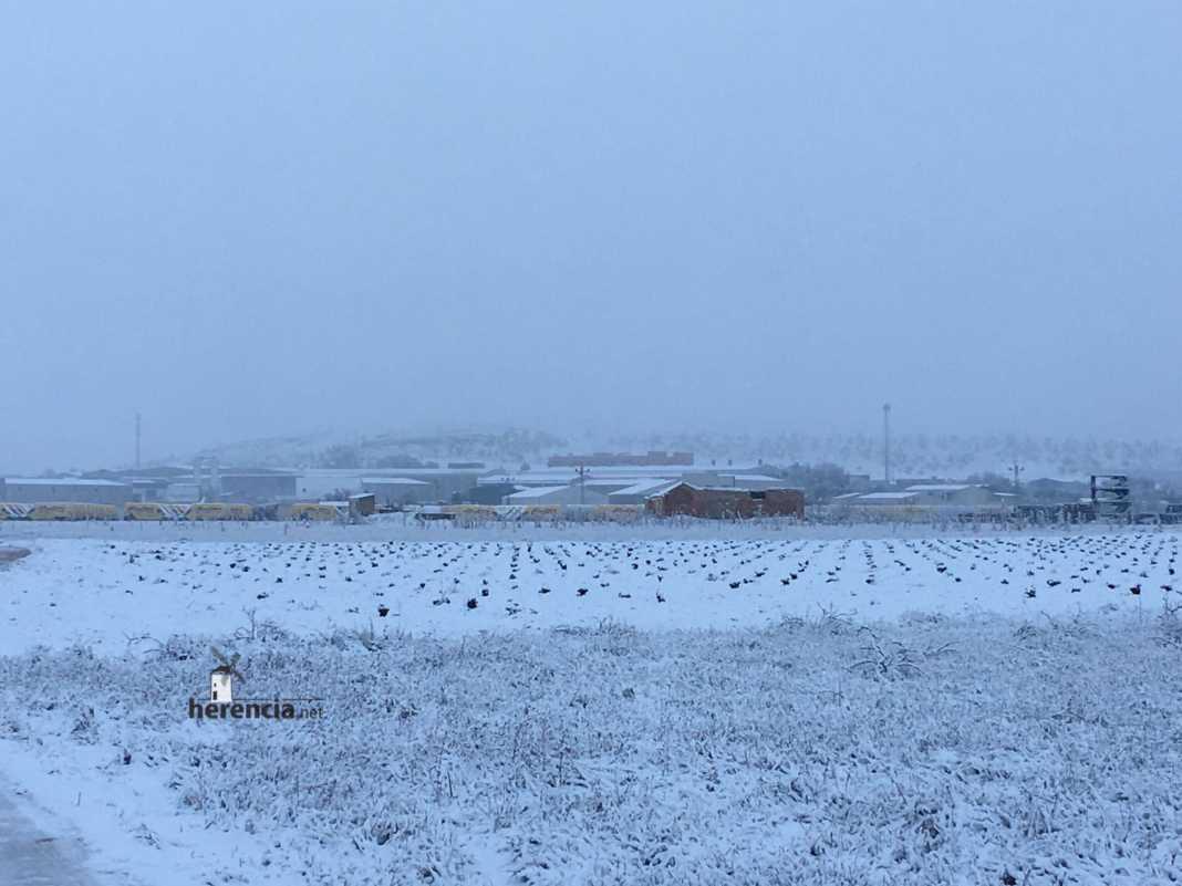 Herencia amanece cubierta de nieve y nevando 13