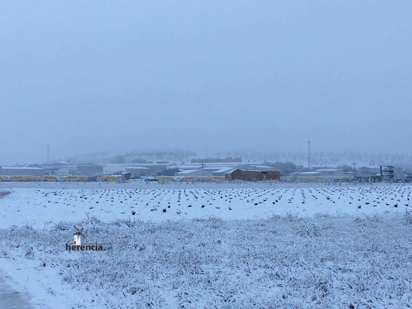 Herencia amanece cubierta de nieve y nevando