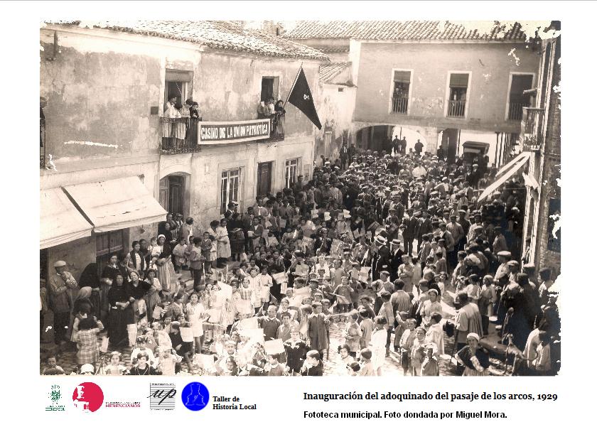 Inauguración del adoquinado del pasaje de los Arcos hacia 1929 - Universidad Popular y archivo dan a conocer el patrimonio fotográfico de Herencia