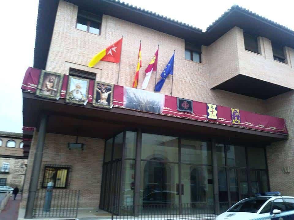 ayuntamiento herencia socialista gala semana santa 2 - El Ayuntamiento de Herencia se engalana para celebrar la Semana Santa