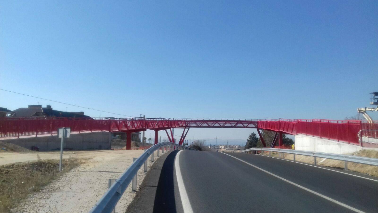 pasarela intalada por Grupo Alvarez en Boadilla del Monte - Grupo Álvarez monta una pasarela peatonal sobre la M-513 en Boadilla del Monte