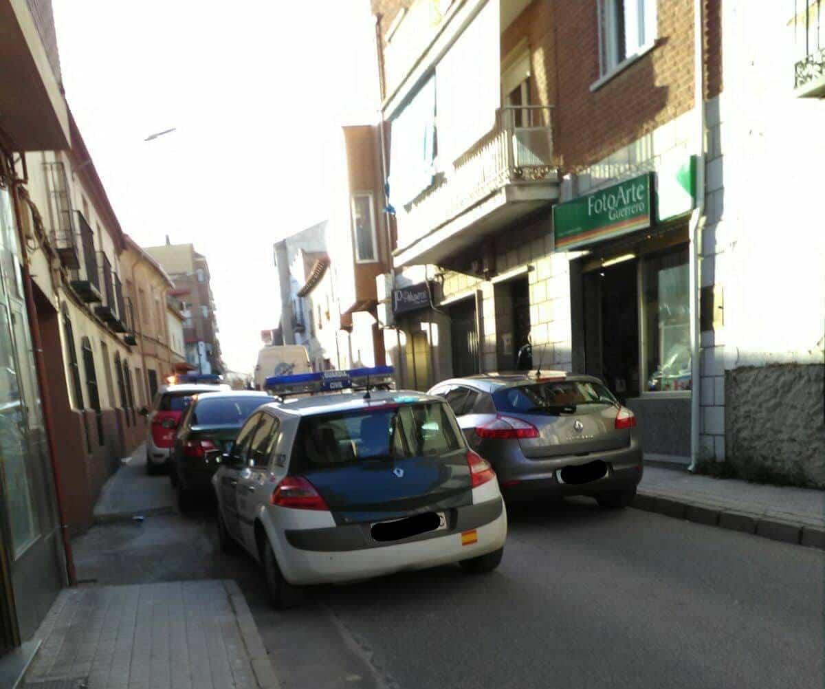 policia guardia civil calle cervantes herencia - Detenidos tres presuntos autores de los robos en los últimos días