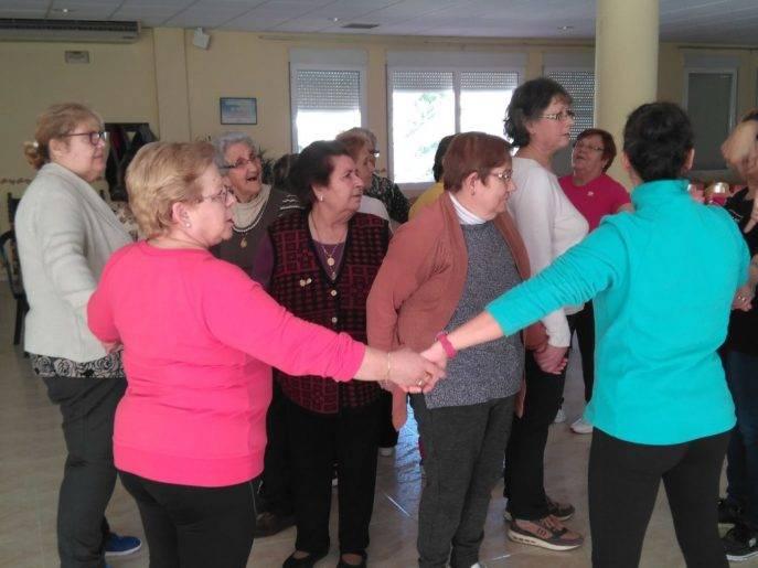 taller de risoterapia centro de mayores Herencia1 687x515 - La risa protagonista en el Centro de Mayores de Herencia